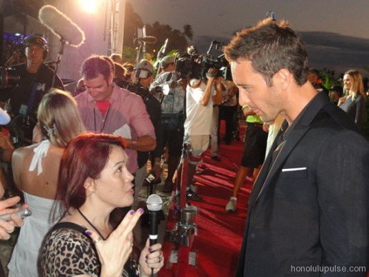 Wendie Burbridge Interviewing Alex O'Loughlin at Sunset On The Beach 2